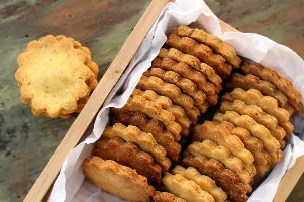 Biscoitos salgados de fubá com queijo e orégano