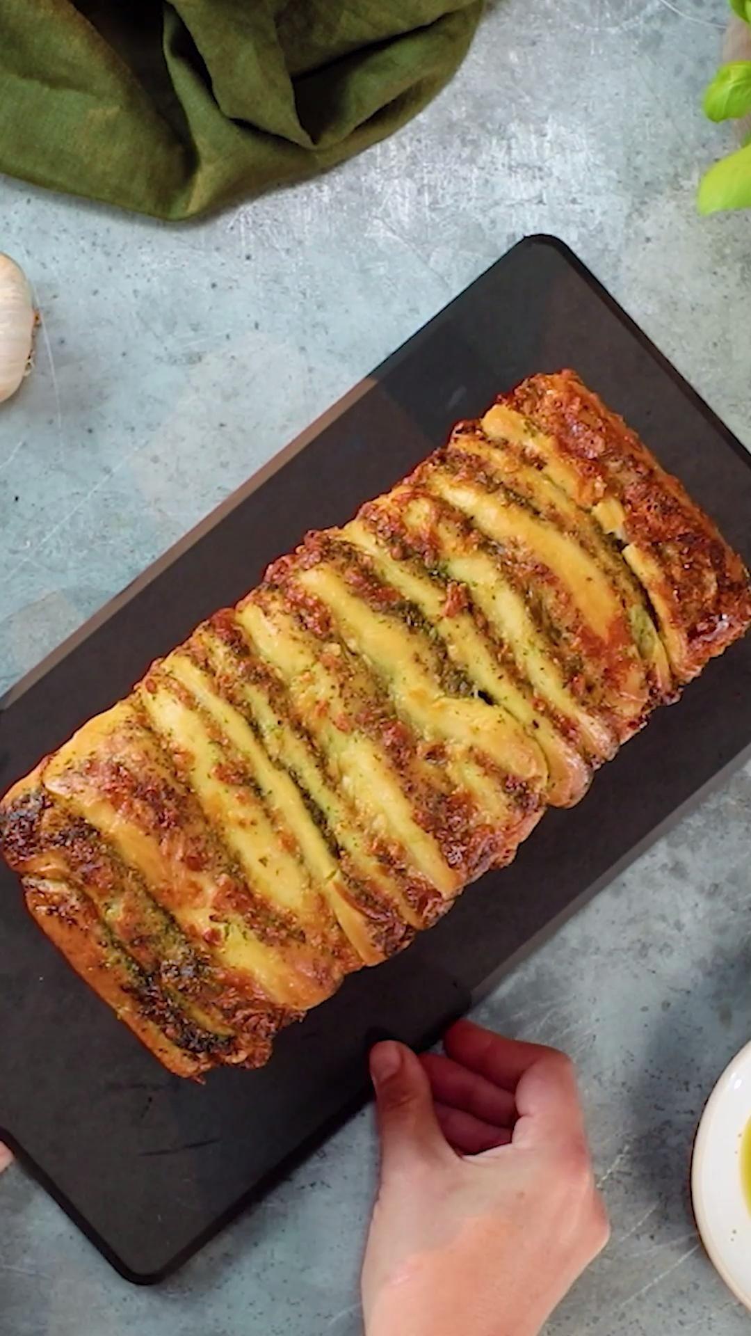 Pão recheado com pesto e queijo